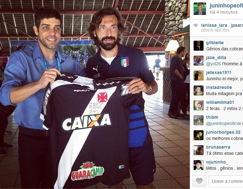 11.jun.2014 - Comentarista da Globo, Juninho Pernambucano tieta Pirlo em Mangaratiba e entrega camisa do Vasco ao italiano