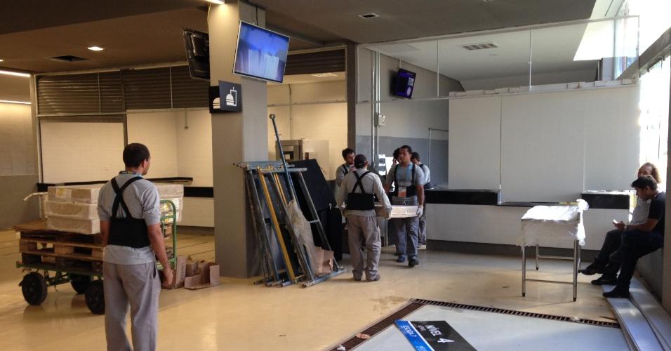 11.jun.2014 - Funcionários trabalham em ajustes no interior da Arena Pantanal a dois dias de o estádio receber Chile x Austrália