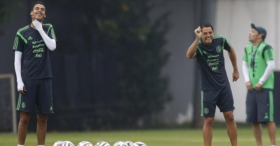 11.jun.2014 - Javier 'Chicharito' Hernandez se diverte durante treino da seleção do México no CT Rei Pelé, em Santos