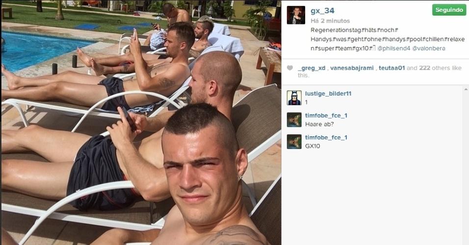 11.jun.2014 - Jogadores da Suíça aproveitam sol de Porto Seguro, na Bahia, para relaxar na piscina do hotel