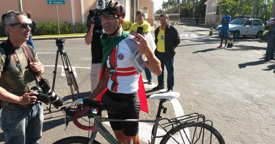 11.jun.2014 - Jorge Frango, 42 anos, pedalou 5 mil km desde Porto Alegre até Campinas para acompanhar a chegada da seleção portuguesa
