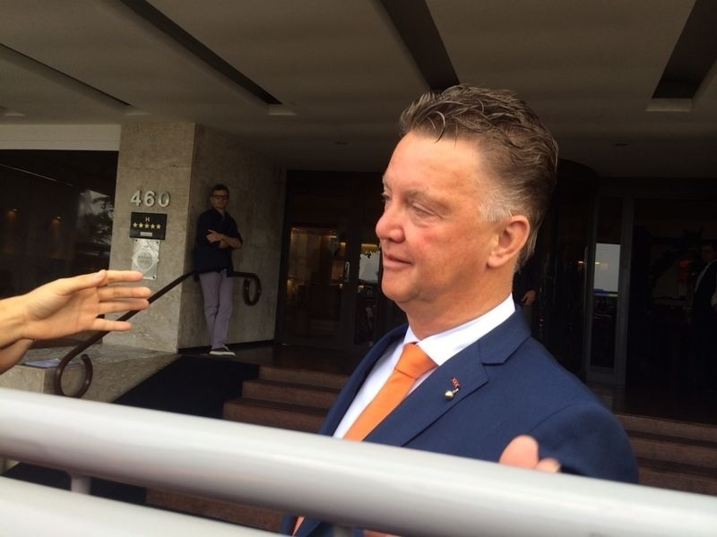 11.jun.2014 - Louis Van Gaal, técnico da Holanda, sai do hotel no Rio de Janeiro rumo ao aeroporto; delegação viajará a Salvador para estreia contra a Espanha