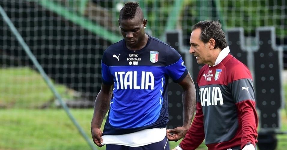 11.jun.2014 - Mario Balotelli conversa com o treinador Cesare Prandelli durante treino da Itália em Mangaratiba, no Rio de Janeiro
