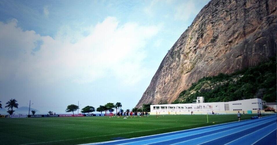 11.jun.2014 - Seleção da Inglaterra (ao fundo) treina na Urca, no Rio de Janeiro