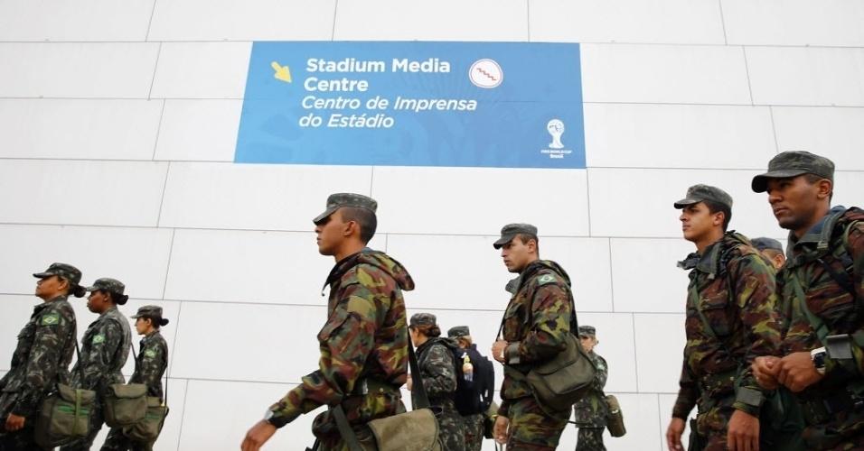11.jun.2014 - Soldados chegam ao Itaquerão para fazer a segurança do local; Brasil fará um treino no estádio nesta quarta-feira, na véspera da estreia na Copa do Mundo contra a Croácia
