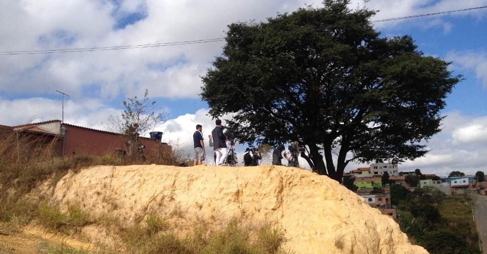 11.jun.2014 - Terreno baldio frustra plano de eletricista, que esperava 'ficar rico' alugando sua casa para a imprensa acompanhar os treinamentos da seleção argentina na Cidade do Galo