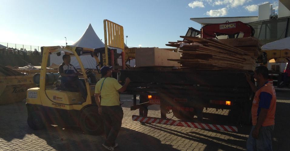 11.jun.2014 - Um dia antes da abertura da Copa de 2014, estruturas provisórias da Arena Pantanal ainda estão sendo montadas