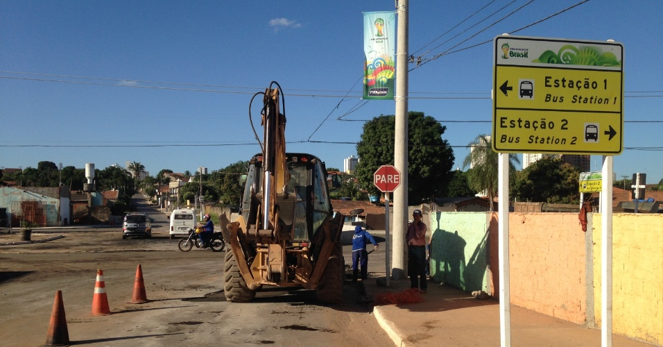 11.jun.2014 - Um dia antes da abertura da Copa do Mundo, avenida no entorno da Arena Pantanal tem obras em andamento