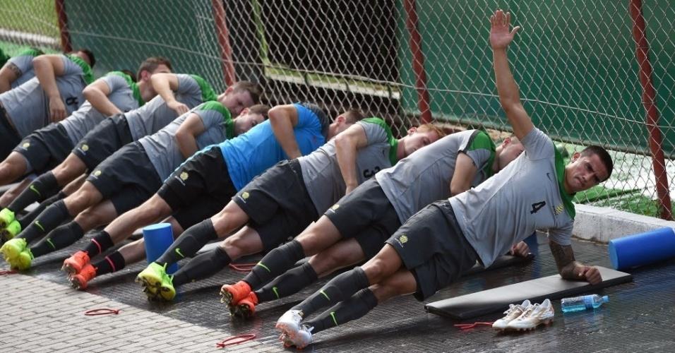 Astro da equipe, Tim Cahill participa de atividade de equilíbrio no treino da Austrália em Vitória