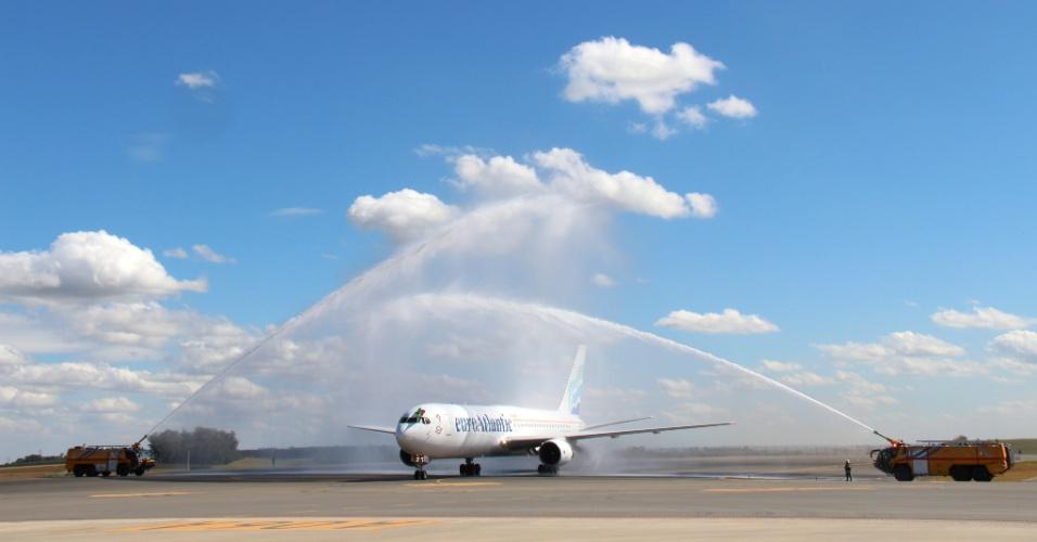 Avião de Portugal é recebido com água e festa na chegada ao aeroporto de Campinas