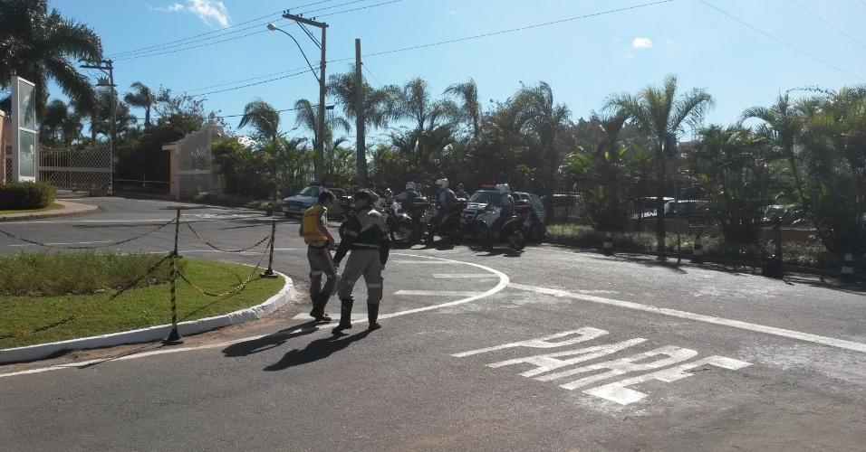 Carros da polícia fazem a segurança do local onde a delegação de Portugal chegará em Campinas