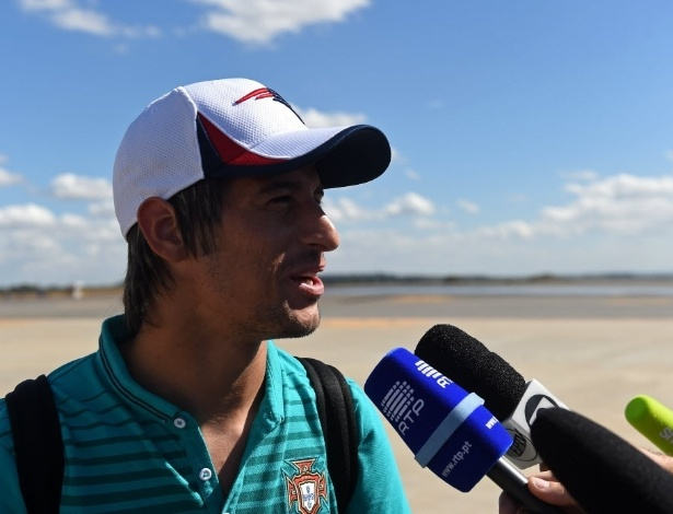Fábio Coentrão, lateral-esquerdo de Portugal, concede entrevista na chegada ao Brasil