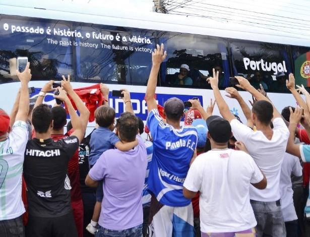 Fãs acenam para o ônibus da seleção portuguesa em sua chegada a Campinas
