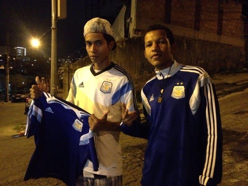 """Garotos pegam camisa de Agüero e Mascherano: """"Não vendo por nada"""""""