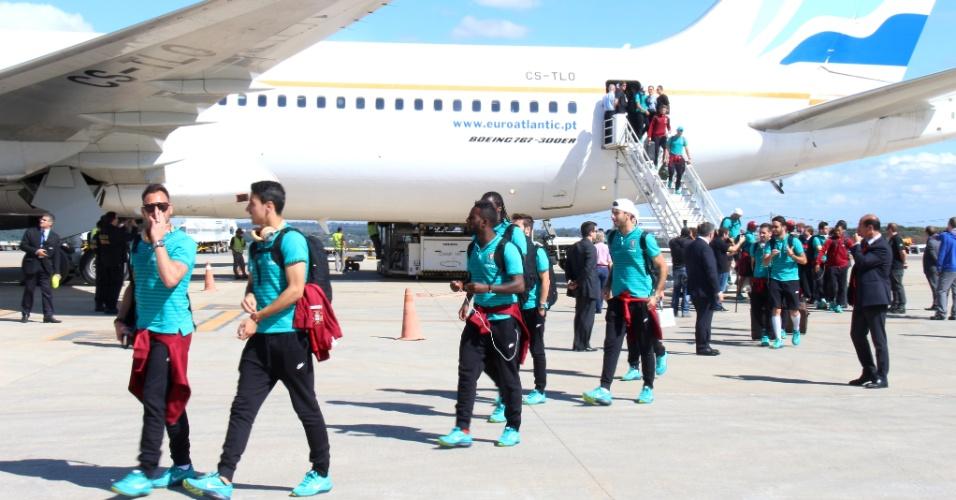 Jogadores da delegação de Portugal desembarcam no aeroporto de Campinas