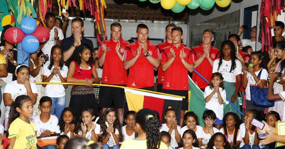 Jogadores da seleção alemã visitam crianças do jardim de infância de escola no povoado de Santo André, na Bahia