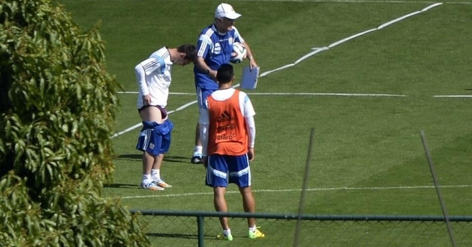 Lionel Messi abaixa o calção durante treino da Argentina na Cidade do Galo