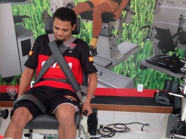 O volante Adriano realiza os últimos exames antes de assinar com o Vitória