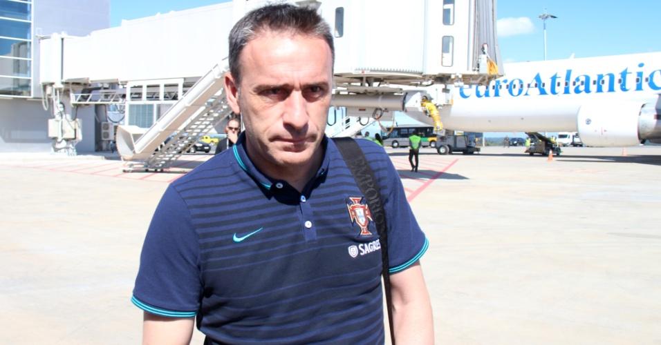 Paulo Bento, treinador de Portugal, fala com a imprensa no desembarque da sua seleção em Campinas