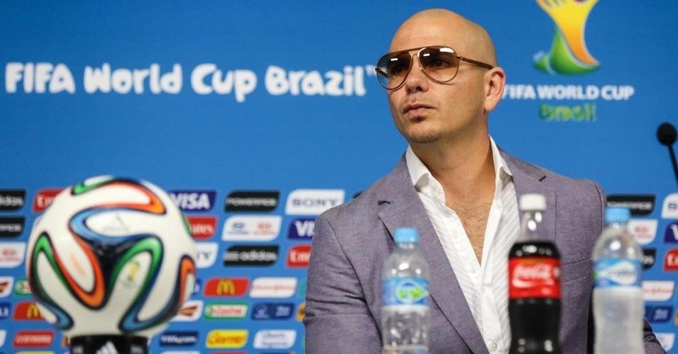Pitbull dá entrevista para a imprensa no Itaquerão, em São Paulo; ele é um dos cantores oficiais da Copa