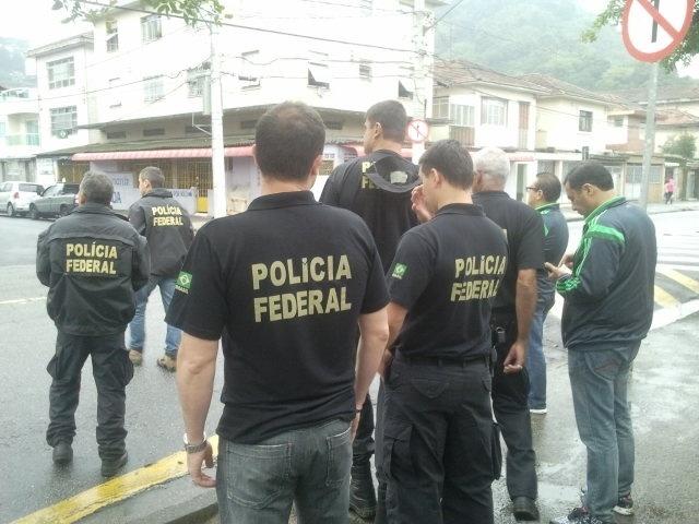 Polícia Federal aborda moradores em Santos-SP para caçar