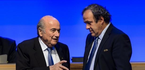 Blatter e Platini foram suspensos em 2015 por causa de pagamento suspeito - AFP PHOTO/FABRICE COFFRINI