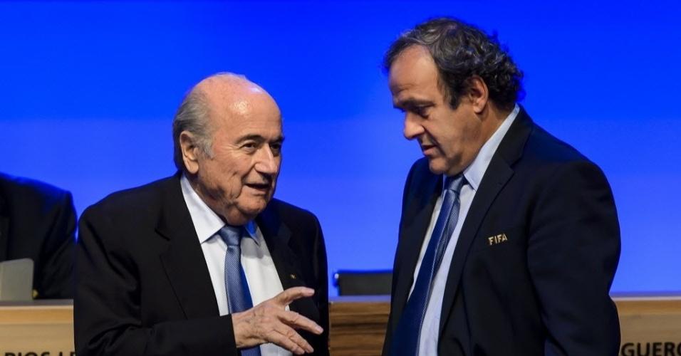 Presidente da Fifa, Joseph Blatter, conversa com o presidente da Uefa, Michel Platini, durante congresso em São Paulo