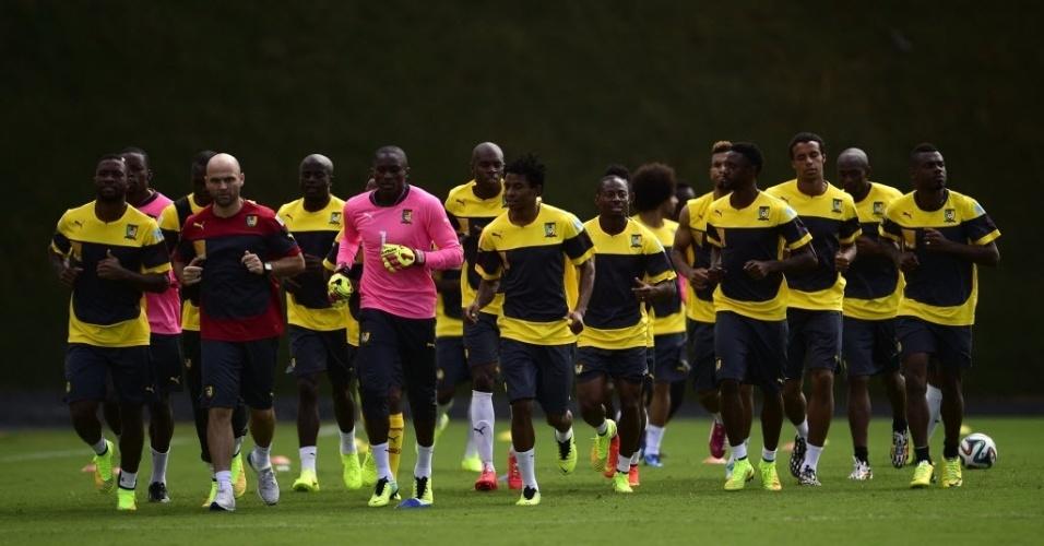 Seleção de Camarões corre em volta do campo durante treinamento em Vitória