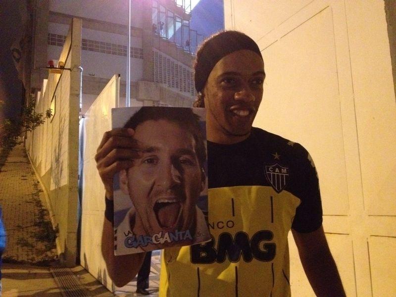 Sósia de Ronaldinho Gaúcho chamou a atenção após invadir treino da Argentina e arrancar gargalhadas de Messi