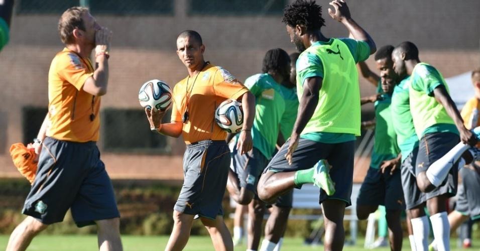 Técnico da Costa do Marfim, Sabri Lamouchi, comanda treinamento na cidade de Águas de Lindóia