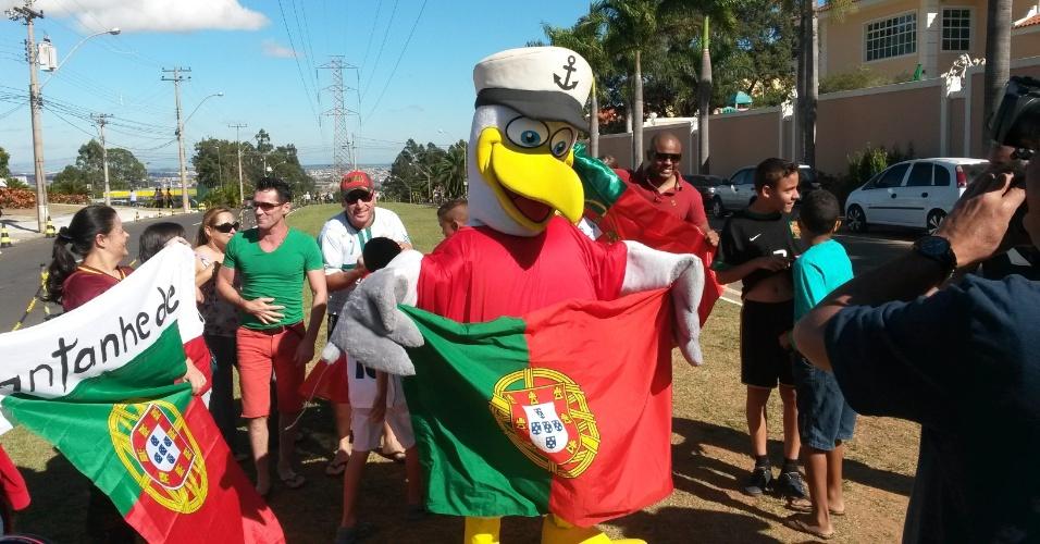 Torcedor se fantasia de gaivota gigante para homenagear o time do Porto e faz a alegria das crianças que aguardam a chegada da delegação de Portugal