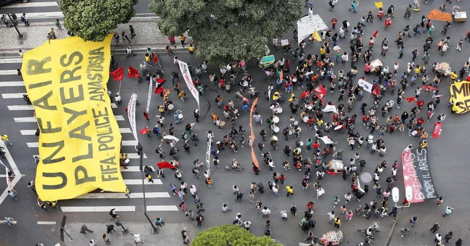 """12.06.14 - Ativistas carregam faixa com dizeres """"Jogadores injustos: Fifa, polícia e [ex-governador de MG] Anastasia"""""""