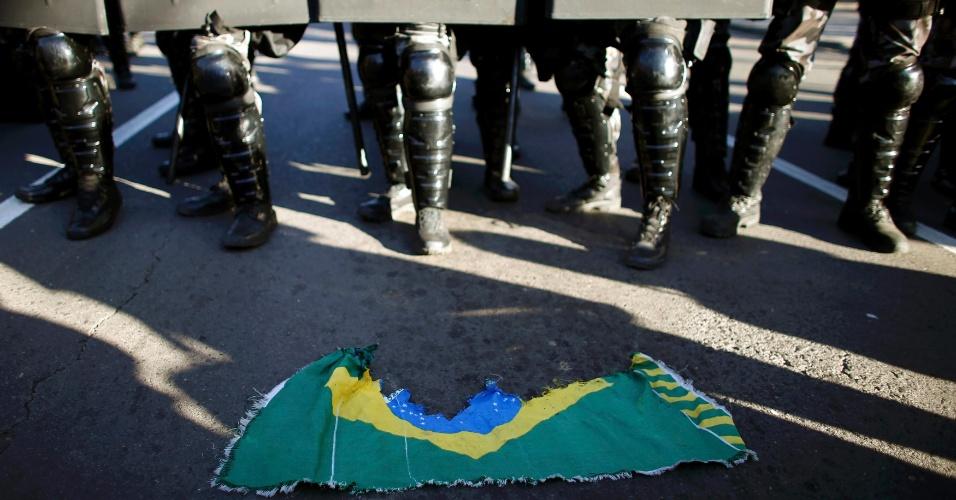 12.06.14 - Bandeira rasgada do Brasil em frente à Brigada Militar em protesto em Porto Alegre