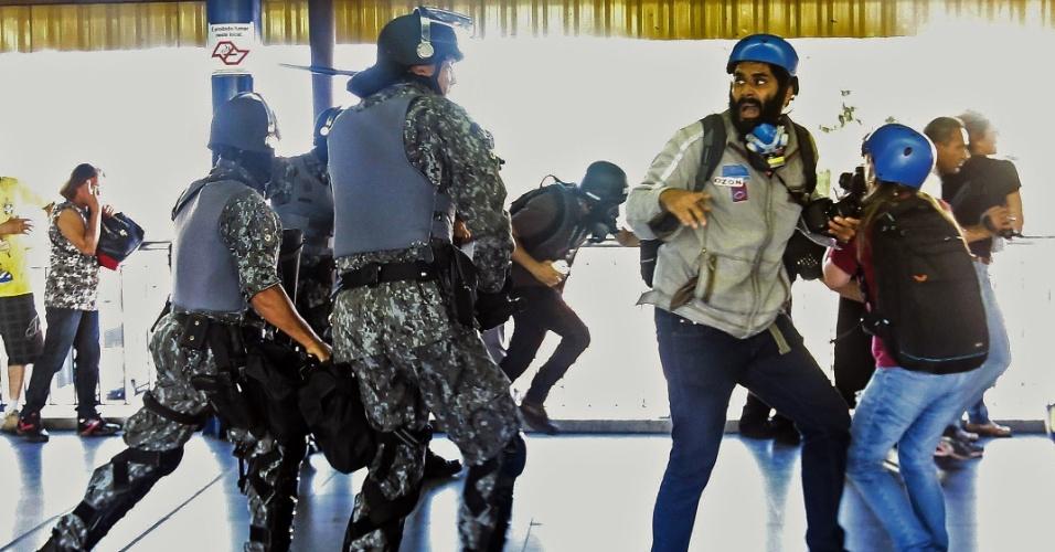 12.06.14 - Corre-corre na estação Tatuapé do metrô durante protesto em São Paulo