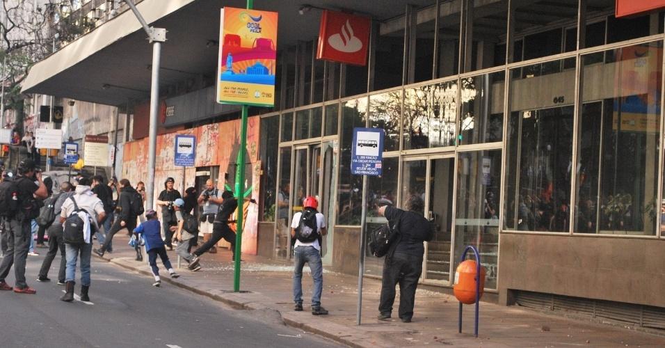 12.06.14 - Em Porto Alegre, ativistas também quebraram agência bancária