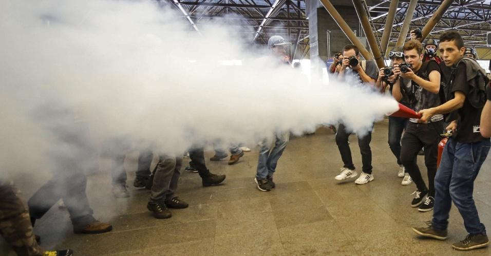 """12.06.14 - Homem dispara extintor na estação Tatuapé do metrô durante o ato """"Se Não Tiver Direitos, Não Vai Ter Copa"""""""