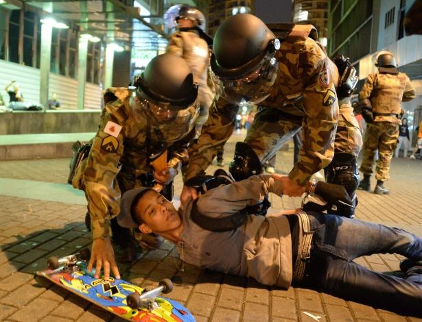 12.06.14 - Jovem é detido pela polícia em protesto em Belo Horizonte