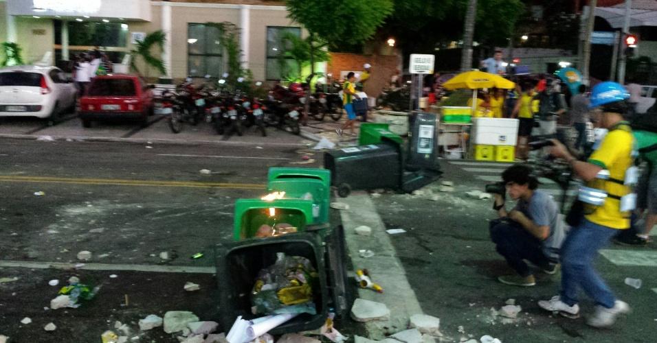 12.06.14 - Lixo revirado após manifestação em frente à Fan Fest em Fortaleza