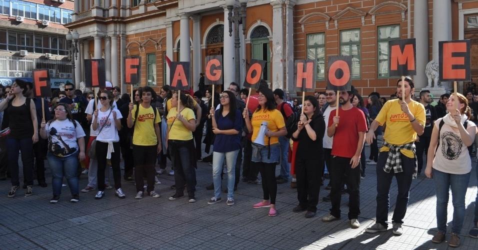 12.06.14 - Manifestação em Porto Alegre hostiliza a Fifa