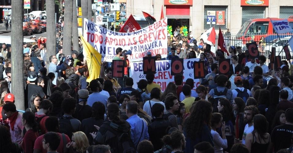 12.06.14 - Manifestação em Porto Alegre hostiliza a Fifa e apoia greves no Brasil