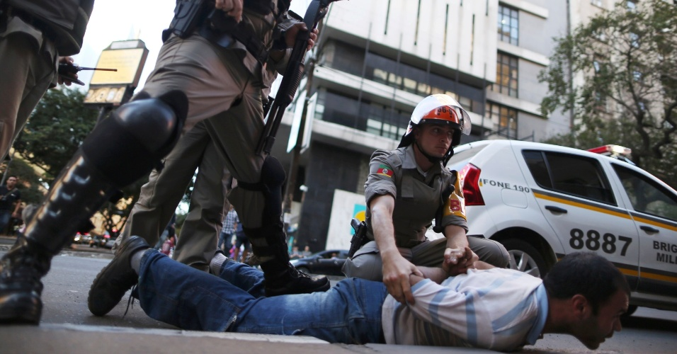 12.06.14 - Manifestante é detido pela Brigada Militar em protesto em Porto Alegre