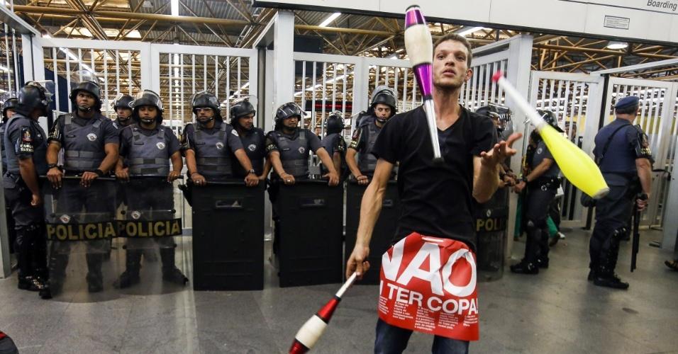 12.06.14 - Manifestante pratica malabarismo em frente a policiais na estação Tatuapé do metrô