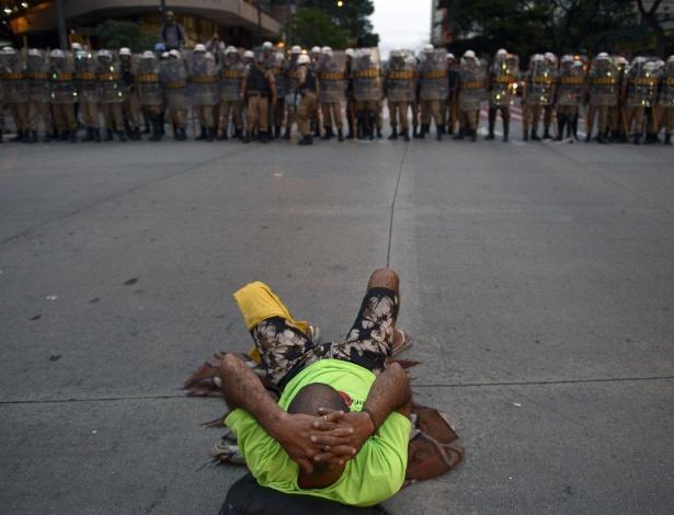 12.06.14 - Manifestante se deita em frente à PM durante protesto em Belo Horizonte