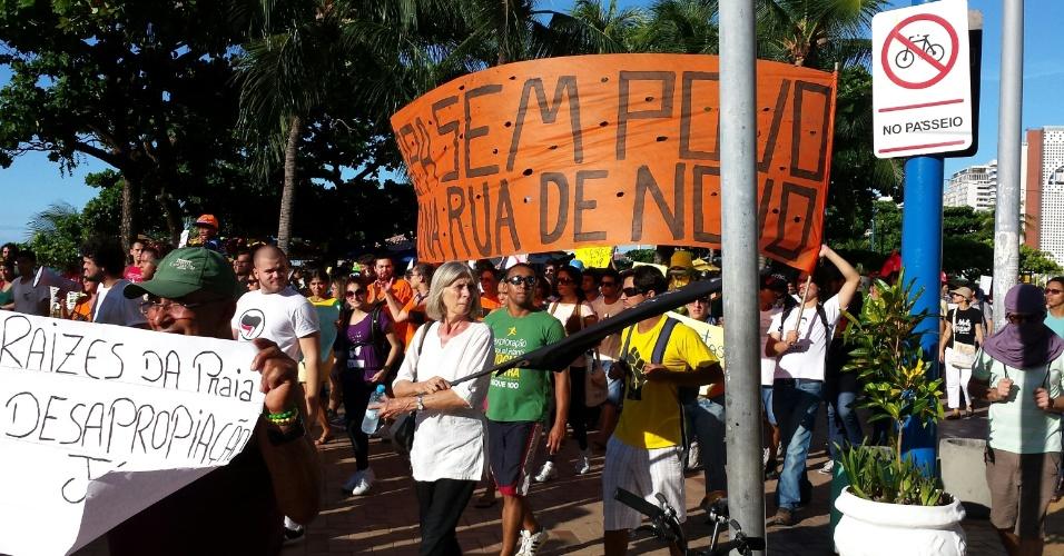 """12.06.14 - Manifestantes carregam faixa """"Copa sem povo, tô na rua de novo"""" em protesto em Fortaleza"""