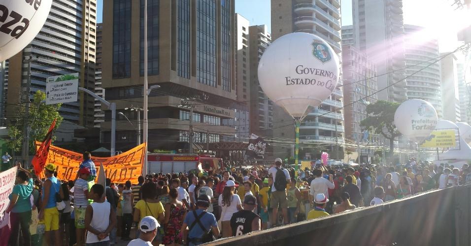 12.06.14 - Manifestantes realizam protesto em frente à Fan Fest da Fifa em Fortaleza