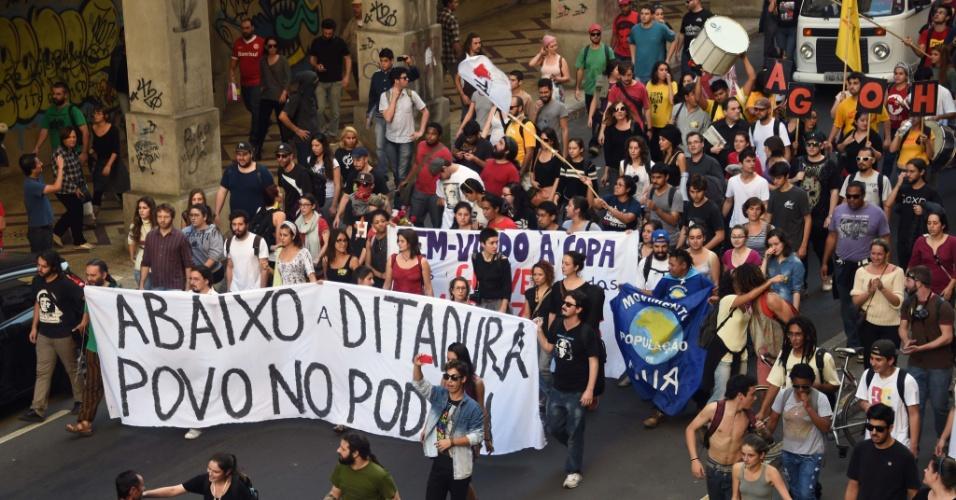 12.06.14 - Participantes de protesto em Porto Alegre levam faixa com alusão ao período da ditadura militar