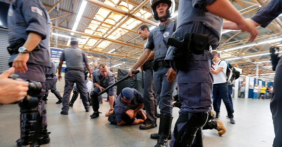 12.06.14 - PM contém manifestante no chão da estação Tatuapé do metrô em protesto em São Paulo