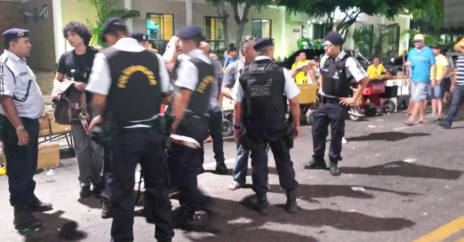 12.06.14 - Policiais conversam durante manifestação em Fortaleza