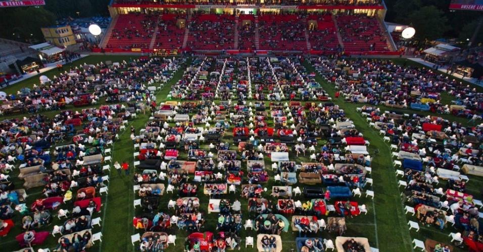 12.jun.2014 - Alemães levam sofás para assistir à Copa em estádio