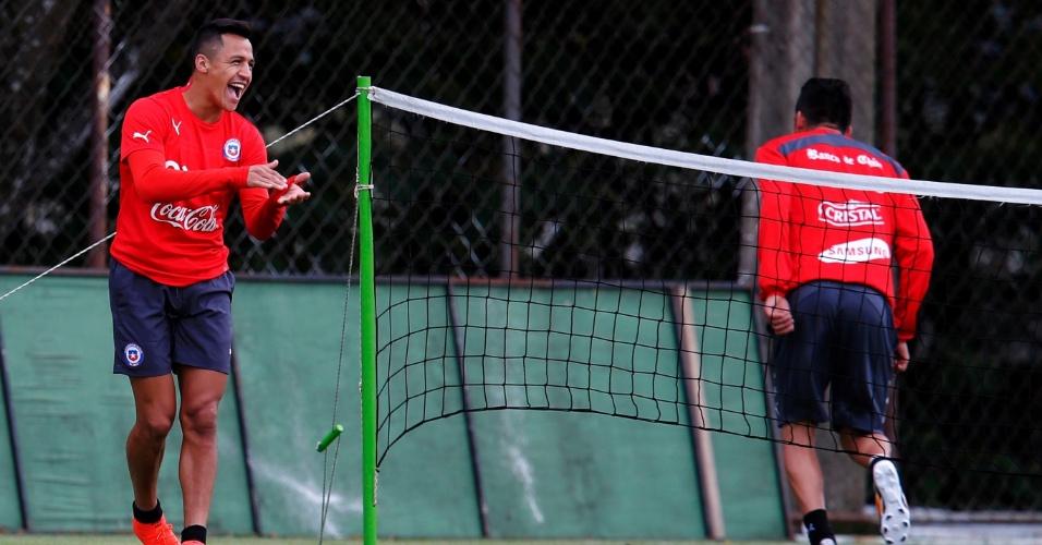 12.jun.2014 - Alexis Sanchez sorri durante treino do Chile na Toca da Raposa II, em Belo Horizonte